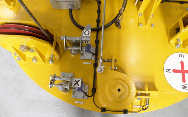 Visual flag indicators on top of the grapple plate for manual verification in the case of a malfunction