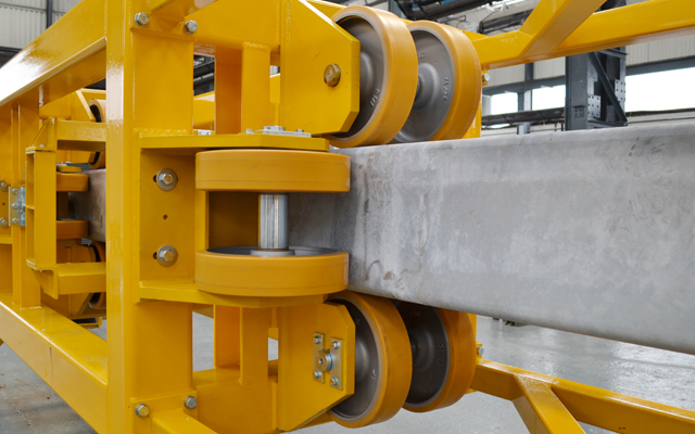 Free-running guide wheels of a single stage demolition mast