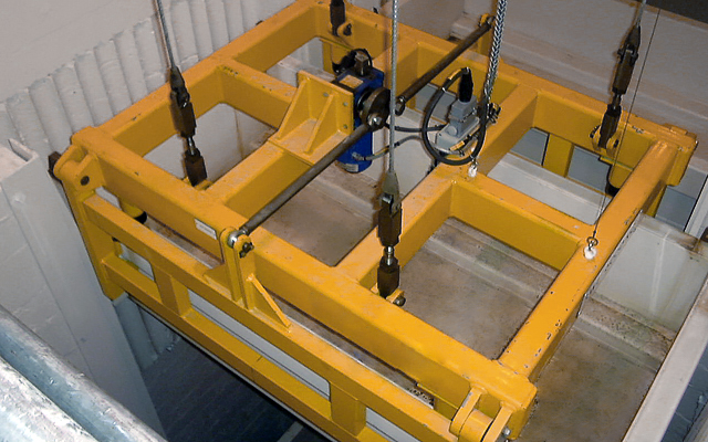 Bespoke lifting grapple with four wire cables for level lifting
